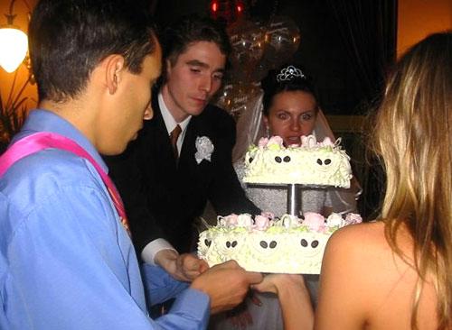 Традиционная подача торта. Как преподнести свадебный торт.